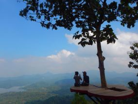 The best time to pay a visit to Kalibiru would be afternoon, when the sun shows more friendliness and put more melancholy to the surrounding atmosphere. Location : Kalibiru, Yogyakarta